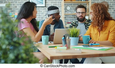 jeune, informatique, ordinateur portable, utilisation, bureau, hommes parler, rire, femmes