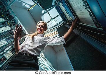 jeune, ingénieur, femme affaires, dans, salle serveur