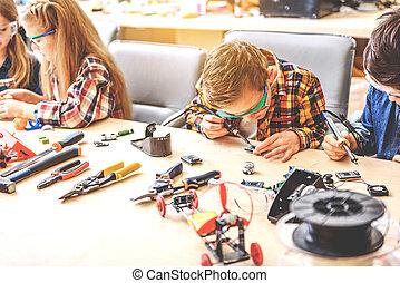 jeune, inventeurs, absorbedly, créer, nouveau