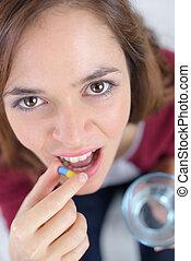 jeune, joli, femme, prendre médicaments