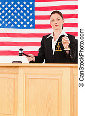 jeune, juge, frappement, a, marteau, et, tenue, balances justice