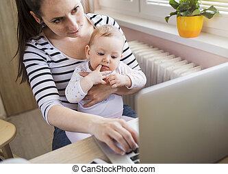 jeune, mère, travailler maison