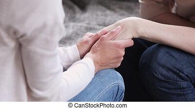 jeune, mains, main, femme, prise, femme, vue, vieux, closeup