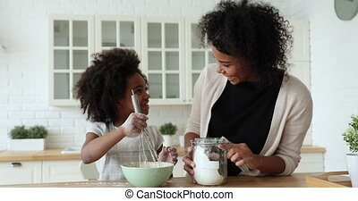 jeune, mignon, enfant, pâte, fille, afro-américain, maman, ...