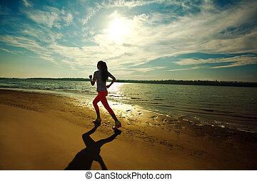 jeune, mince, femme, sur, eau, à, rivière, côte, fitness, et, lande, soin, concept, outdoors., coucher soleil, à, dramatique, sky.