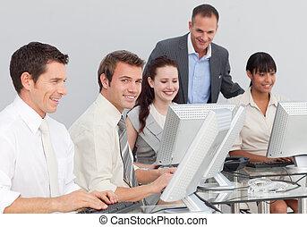 jeune, multi-ethnique, professionnels, fonctionnement, à, ordinateurs, dans, une, bureau