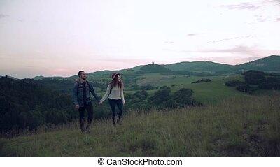 jeune, nature., couple, voyageurs, randonnée, sacs dos, touriste