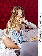 jeune, ordinateur portable, confondre, femme