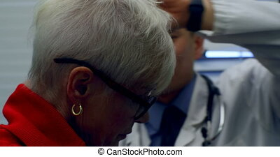 jeune, otoscope, docteur, asiatique, patient, mâle, clinique, 4k, gros plan, examiner, personne agee