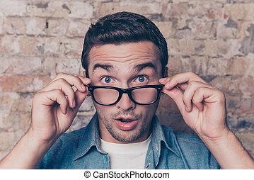 jeune, ouvrez bouche, homme, choqué, lunettes, portrait