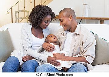 jeune, parents, divan, bébé, dépenser, temps, heureux