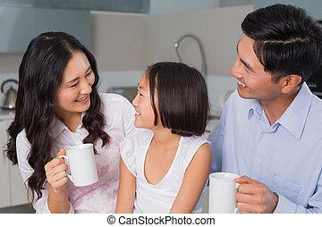 jeune, parents, girl, apprécier, petit déjeuner, heureux