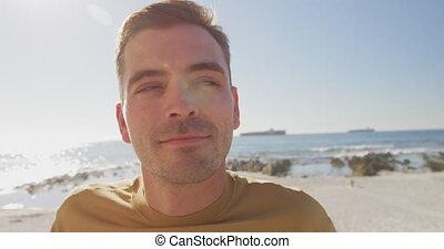jeune, plage, homme souriant