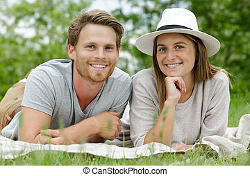 jeune, poser, couple, beau, herbe