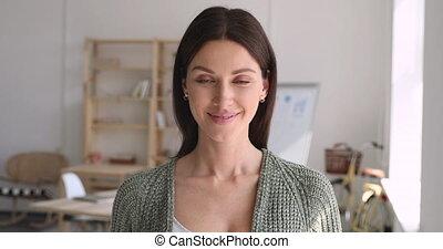 jeune, poser, sourire, regarder, bureau, femme, appareil photo, entrepreneur