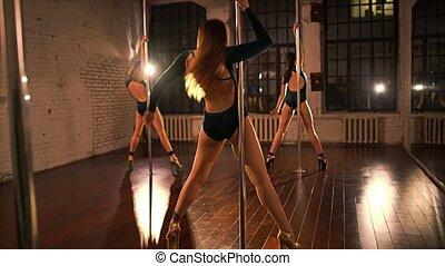 jeune, poteau, danse, trois femmes