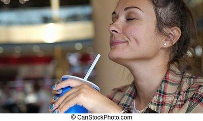 jeune, prise vue., kola, portrait, soude, haut, straw., ou, boire, boisson, pop, apprécier, fin, femme