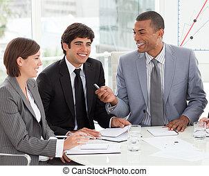 jeune, professionnels, discuter, a, nouveau, stratégie