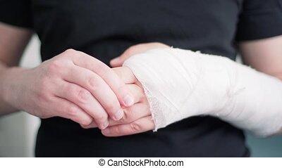 jeune, récupération, masage, gypsum., fracture, homme, cassé, gros plan, bras, blessé, main, sain, après