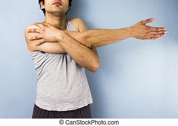 jeune, race mélangée, homme, étirage, sien, bras