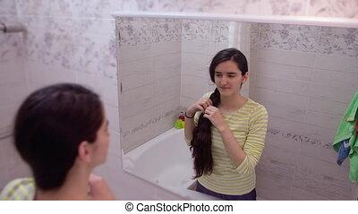 jeune, reflété, long, lunettes, épais, tissages, girl, salle bains, stands, cheveux, séduisant, miroir