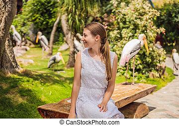 jeune, regarde, femme, oiseaux, parc