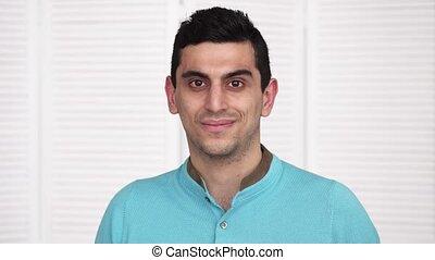 jeune regarder, appareil photo, arabe, heureux, homme