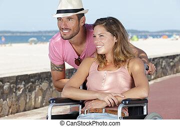 jeune, reposer, plage, couple, handicapé