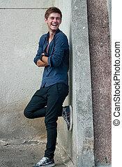 jeune, rire, beau, homme, dans, chemise bleue