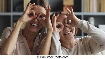 jeune, rire, plus vieux, fille, mère, espiègle, jumelles,...