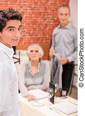 jeune, serveur, servir, une, couple âgé, dans, a, restaurant