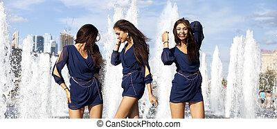 jeune, sexy, femmes, dans, a, ville, fontaine