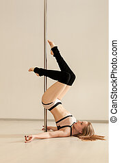 jeune, sexy, poledance, girl, poser, dans, lingerie