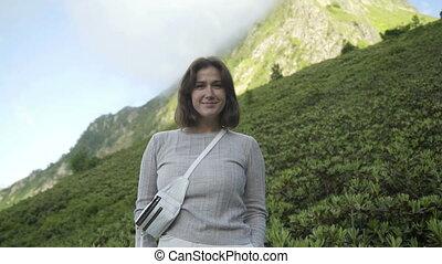 jeune, sourire, appareil-photo., brunette, sommet, heureux, caucase, regarder, montagne, portrait, femme