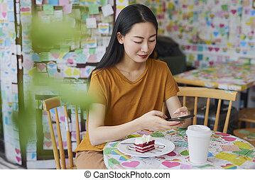 jeune, téléphone, café, regarder, mobile, vietnamien, femme