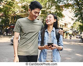 jeune, téléphone, ville, intelligent, couple