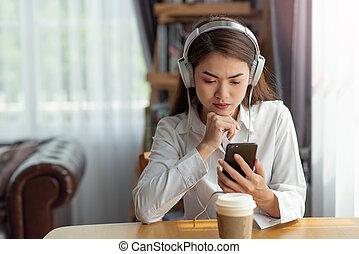 jeune, table, temps, écouteurs, chaud, musique, heureux, délassant, jouir de, tasse, asiatique, café, écoute, femme