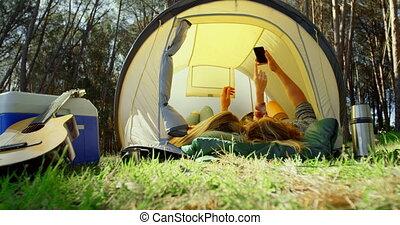 jeune, tente, mobile, cliqueter, selfie, 4k, couple, téléphone