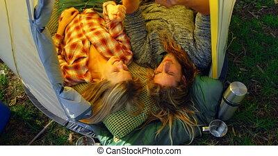 jeune, tente, mobile, vue, élevé, sur, angle, 4k, couple, discuter, téléphone