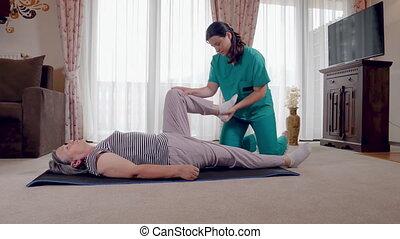 jeune, thérapeute, exercisme, à, plus vieux, femme, patient, dans, clinique
