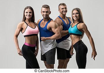 jeune, tondu, deux couples, heureux, vêtements de sport, vue