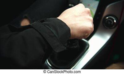 jeune, utilisation, téléphone, conduite homme, voiture, navigateur
