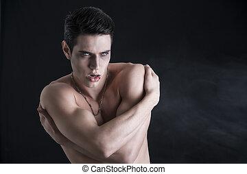 jeune, vampire, sans chemise, appareil photo, faire gestes, homme