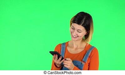 jeune, vert, écran, texting, femme, téléphone., sourire, elle