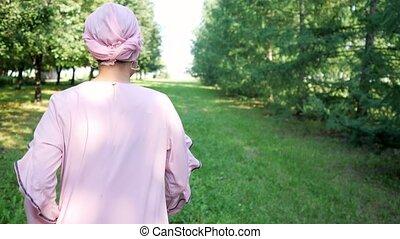 jeune, virages, turban, musulman, courses, femme souriante, parc