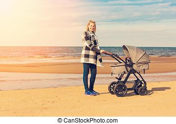 jeune, voiture, mère, bébé, sourire, plage