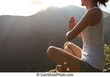 jeune, yoga, femme, à, levers de soleil, sommet montagne