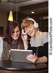 jeunes femmes, écouter musique