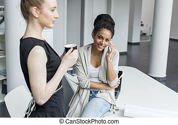 jeune bureau femmes image recherchez photos clipart csp24718471. Black Bedroom Furniture Sets. Home Design Ideas