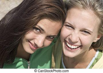 jeunes femmes, poser, deux, dehors